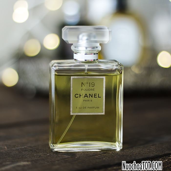 Bạn sẽ nhận ra mẫu chai độc đáo của No.19 được giữ nguyên với nắp chai làm bằng chất liệu mờ. Nước hoa bên trong mang một sắc xanh lục nhẹ nhàng.